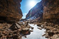 Rio congelado no desfiladeiro da montanha imagens de stock royalty free