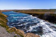 Rio, costa e cachoeira Gullfoss em Islândia 11 06,2017 fotografia de stock royalty free