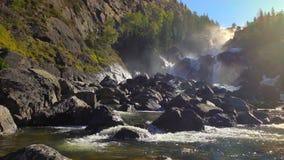 Rio da cachoeira nas montanhas filme