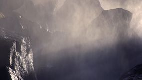 Rio da cachoeira nas montanhas video estoque