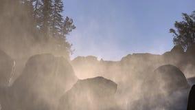 Rio da cachoeira nas montanhas no nascer do sol filme