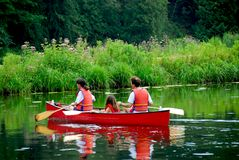 Rio da canoa da família imagens de stock royalty free