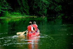 Rio da canoa da família imagem de stock