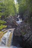 Rio da cascata, rocha antiga foto de stock
