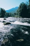 Rio da montanha com agua potável. Imagem de Stock Royalty Free