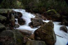 Rio da montanha com os grandes pedregulhos da rocha Imagem de Stock Royalty Free
