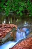 Rio da montanha da floresta imagens de stock