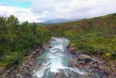 Rio da montanha de Noruega imagens de stock