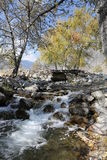 Rio da montanha, fluindo da ponte velha Imagens de Stock