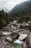 Rio da montanha na rota do passeio na montanha de Nepal da maneira foto de stock