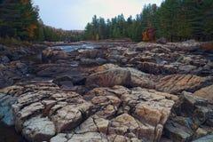 Rio da montanha no tempo do outono Foto de Stock Royalty Free