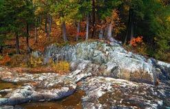 Rio da montanha no tempo do outono Foto de Stock