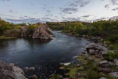 Rio da montanha no verão no por do sol Foto de Stock