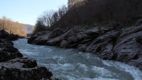 Rio da montanha que corre entre as rochas video estoque