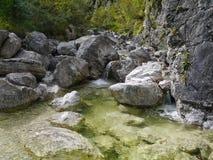 Rio da montanha que corre entre rochas Foto de Stock Royalty Free