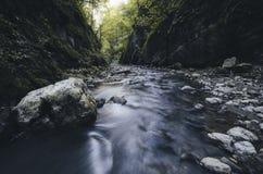 Rio da montanha que passa através dos estreitos Fotografia de Stock Royalty Free