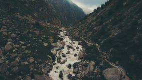 Rio da montanha da vista aérea e passeio caminhando o grupo Panorama da montanha filme