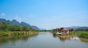 Rio da natureza com céu azul Imagens de Stock Royalty Free