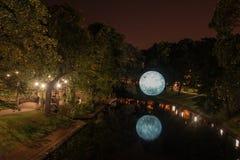 Rio da natureza com uma lua grande Imagens de Stock Royalty Free
