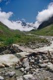rio da ponte de madeira e da montanha, Federação Russa, Cáucaso, Fotografia de Stock