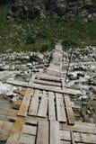 rio da ponte de madeira e da montanha, Federação Russa, Cáucaso, imagens de stock royalty free