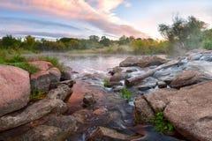 Rio das montanhas e nuvens majestosas Fotografia de Stock Royalty Free