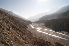 Rio das montanhas nos Himalayas nepal Fotografia de Stock Royalty Free