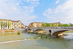 Rio de Adige com Roman Bridge Near Old Town Verona fotos de stock