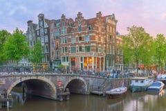 Rio de Amstel, canais e opinião da noite da cidade bonita de Amsterdão netherlands foto de stock royalty free
