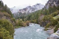 Rio de Arazas no parque nacional de Ordesa y Monte Perdido com algumas neve e névoa imagem de stock