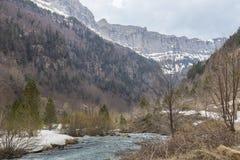 Rio de Arazas no parque nacional de Ordesa y Monte Perdido com neve foto de stock
