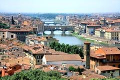 Rio de Arno do cruzamento de Ponte Vecchio da ponte Fotografia de Stock