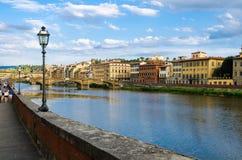 Rio de Arno e Ponte Vecchio de Lungarno, Florença, Itália Fotografia de Stock