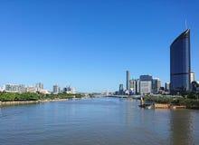 Rio de Brisbane com Southbank e o centro de cidade Fotos de Stock Royalty Free