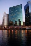 Rio de Chicago na noite imagem de stock