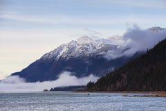 Rio de Chilkat com baixas nuvens foto de stock