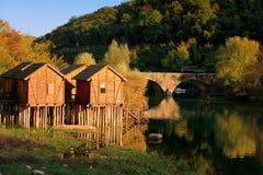 Rio de Crnojevica e vila pequena, Montenegro Fotografia de Stock