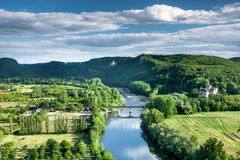 Rio de Dordogne com Chateaux Castlenaud fotografia de stock royalty free