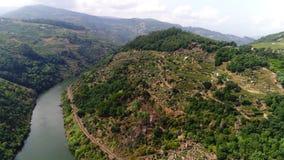 Rio de Douro da vista a?rea sob nuvens filme