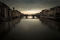 Rio de Florence Arno sob um céu temperamental no crepúsculo Imagens de Stock