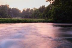 Rio de fluxo rápido na noite Imagem de Stock