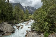 Rio de fluxo rápido que flui dos Grands Jorasses de Les, Itália fotografia de stock royalty free