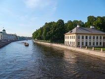 Rio de Fontanka e palácio de verão de Peter o grande em St Petersburg, Rússia imagens de stock