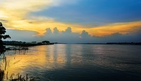 Rio de Ganges aka Hooghly do rio durante o crepúsculo, espaço da cópia foto de stock
