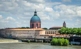 Rio de Garona, Toulouse, parte traseira da escola para parteiras, ao lado do Weir fotografia de stock royalty free