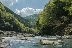 Rio de Hozugawa pelos montes verdes rochosos fotografia de stock royalty free