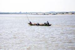 RIO de IRRAWADY, MYANMAR - 17 de novembro de 2015: Transportando os porcos o Imagem de Stock Royalty Free