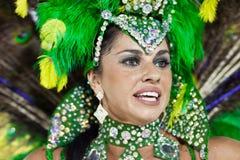 RIO DE JANEIRO - 10 FÉVRIER : Une femme dans la danse de costume sur le cairn Photos stock