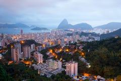 Rio de Janeiro antes de la salida del sol con la montaña de Sugarloaf fotos de archivo