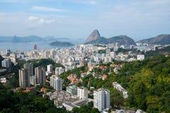 Rio de Janeiro antes de la salida del sol con la montaña de Sugarloaf imagen de archivo